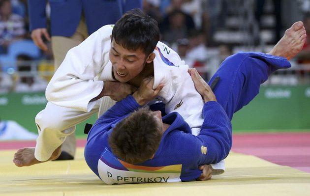 Japonec Naohisa Takató (v bílém) zdolal v osmifinále olympijského turnaje českého zástupce Pavla Petřikova.