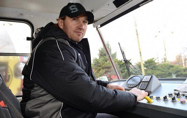 Hokejista Sparty Petr Ton coby řidič tramvaje.