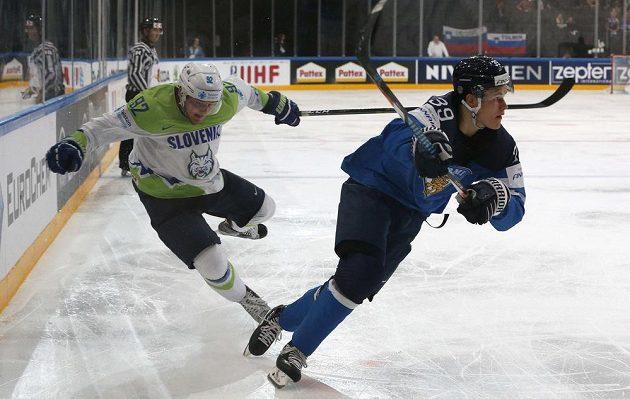 Slovinský hokejista Anže Kuralt a Fin Jesse Puljujärvi.