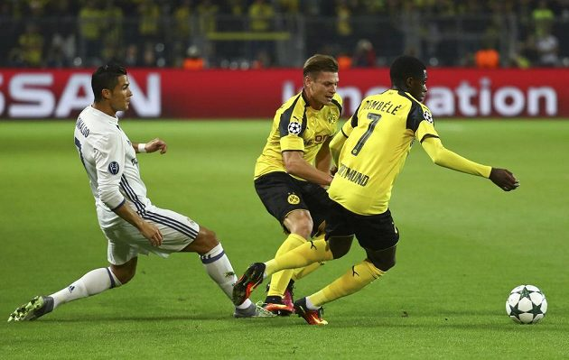 Dortmundští Lukasz Piszczek (uprostřed) a Ousmane Dembélé (vpravo) v souboji s Cristianem Ronaldem.