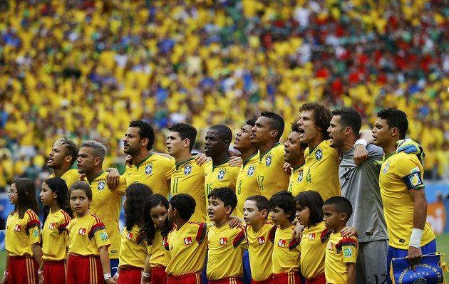 Brazilští fotbalisté emotivně zazpívali hymnu a pak už se vrhli do souboje s Mexikem...