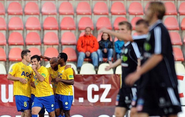 Hráči Teplic (zleva Štěpán Vachoušek, Aidin Mahmutovič, Nivaldo a Franci Litsingi) oslavují druhý gól v Příbrami.