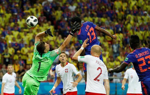 Kolumbijský zadák Yerry Mina střílí hlavou gól polskému týmu.