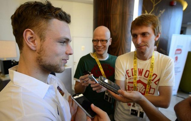 Centr hokejové reprezentace Vladimír Sobotka hovoří s redaktorem Sport.cz Janem Škvorem (vpravo).