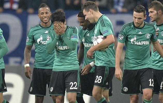Atsuto Uchida (druhý zleva) z týmu Schalke slaví gól proti Bukurešti.