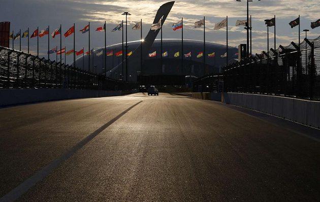 Okruh v Soči prochází olympijským parkem, kde se v únoru konaly zimní hry.