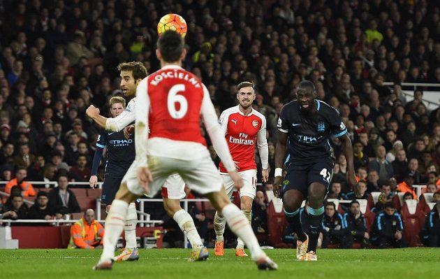 Yaya Touré z Manchesteru City touto technickou střelou překonal Petra Čecha.