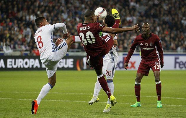 Marcelo z Besiktase v souboji s Corentinem Tolissem z Lyonu.