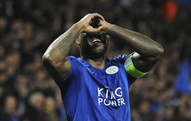 Fotbalista Leicesteru Wes Morgan se raduje z gólu proti Seville.