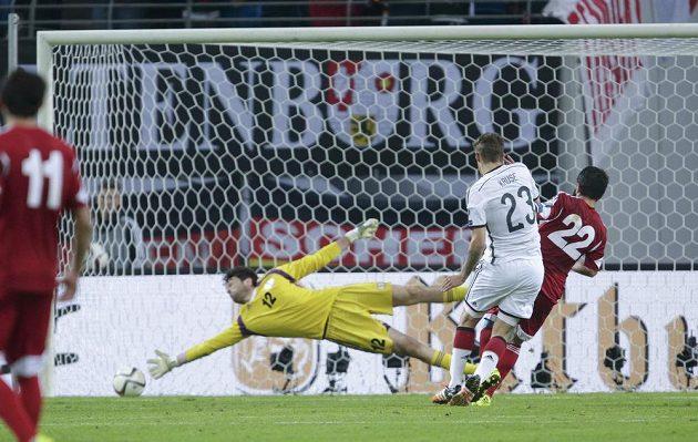 Útočník Wolfsburgu Max Kruse (23) střílí vítězný gól Německa v souboji s Gruzií.