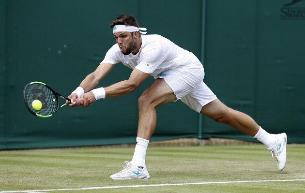 Český tenista Jiří Veselý se natahuje po míčku ve druhém kole Wimbledonu