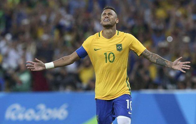 Brazilec Neymar po vítězné penaltě v rozstřelu olympijského finále.