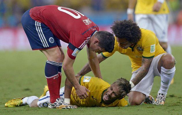 Nad Neymarem se sklání další Brazilec Marcelo a Kolumbijec James Rodríguez.