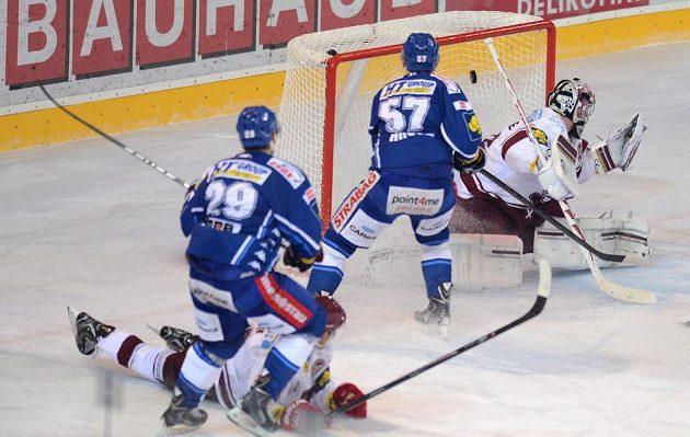 Jan Hruška z Brna střílí gól Spartě v sedmém semifinálovém utkání extraligy.