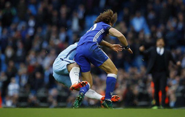 Manchesterský Sergio Agüero (vlevo) a David Luiz z Chelsea.
