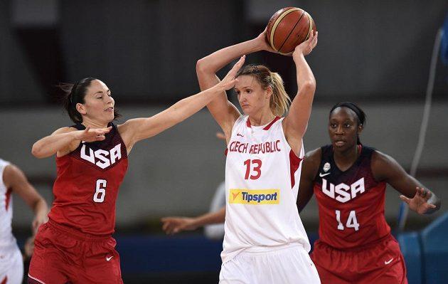 Česká basketbalistka Petra Kulichová (vpravo) a Sue Birdová z USA během přípravného utkání v Praze.