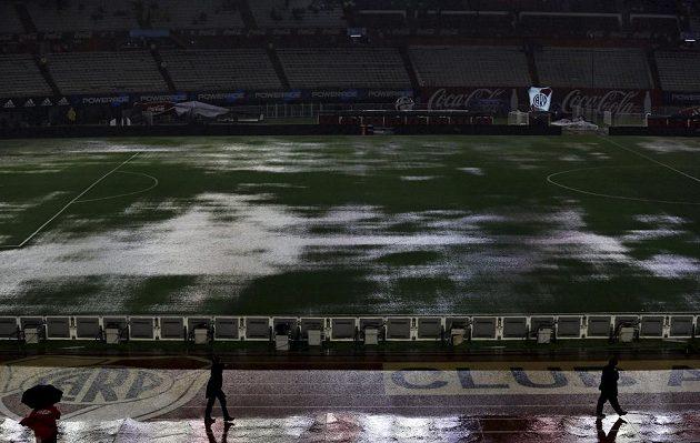 Domovský stadión River Plate nápor deště nezvládl.