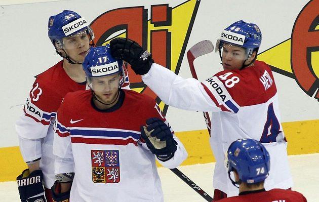 Vladimír Sobotka (druhý zleva) přijímá gratulace ke gólu proti Francii.