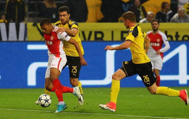 Dortmundský Sokratis Papastathopoulos (uprostřed) se snaží zastavit Kyliana Mbappého, po střetu se pískala penalta. Vpravo Lukasz Piszczek.