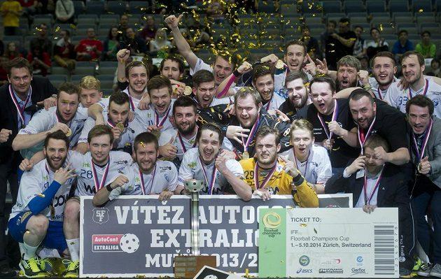 Florbalisté Vítkovic oslavují v pražské O2 areně zisk mistrovského titulu.