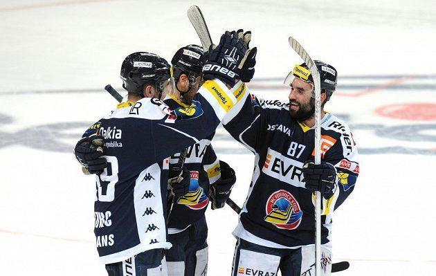 Hokejisté Vítkovic (zleva) Roman Szturc, Karol Sloboda a Milan Hruška oslavují vítězství po nájezdech proti Slavii.