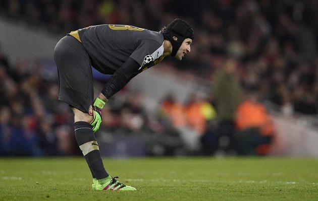Zklamaný brankář Arsenalu Petr Čech po porážce 0:2 s Barcelonou.