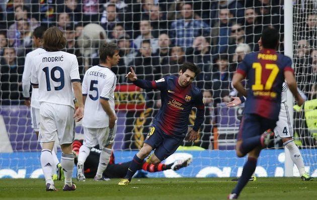 Lionel Messi z Barcelony (druhý zprava v tmavém dresu) oslavuje gól na hřišti Realu Madrid.