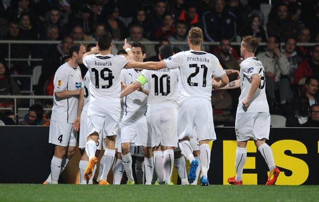 Fotbalisté Plzně se radují z vedoucího gólu Tomáše Hořavy na hřišti Lyonu.