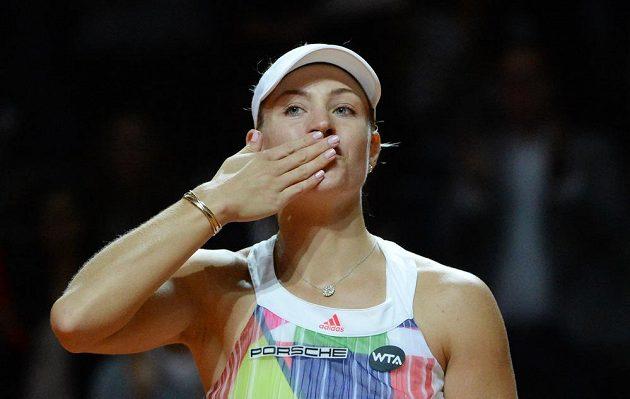 Angelique Kerberová zdraví německé fanoušky po postupu do finále turnaje ve Stuttgartu.