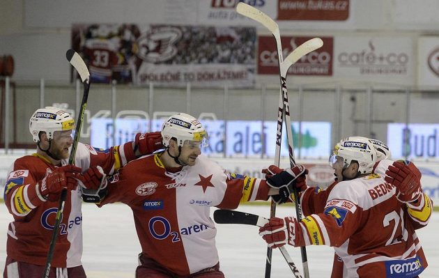 Hráči Slavie se radují z gólu proti Chomutovu.