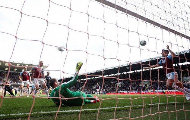 Matthew Lowton z Burnley vykopává míč, ten už ale byl podle videa za brankovou čárou. Agüerův gól platil a přinesl Manchesteru City nejtěsnější výhru.