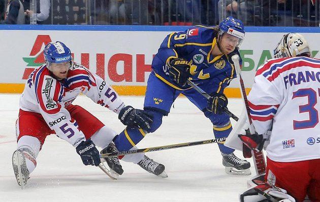 Jakub Jeřábek (vlevo) atakuje Mattiase Tedenbyho ze Švédska. Vpravo brankář Pavel Francouz.