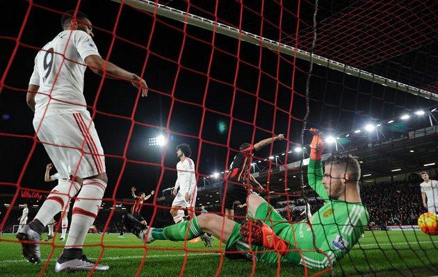 Překonaný gólman Manchesteru United David De Gea, domácí Junior Stanislas (není na snímku) z Bournemouthu ho překonal přímo z rohového kopu.