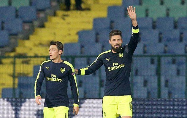 Olivier Giroud a Mesut Özil z Arsenalu se radují po gólu proti Ludogorci Razgrad.
