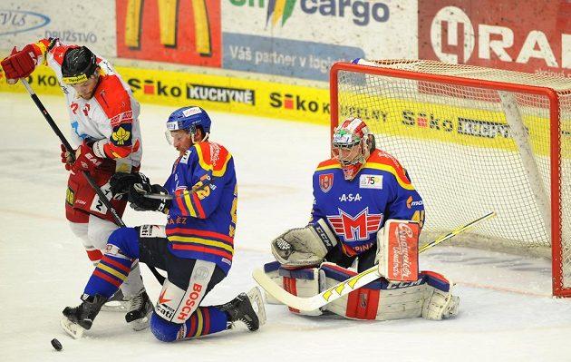 (Zleva) Jan Knotek z Olomouce a Jakub Suchánek a brankář David Gába z Českých Budějovic.