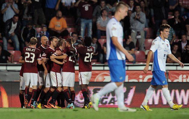 Hráči Sparty Praha oslavují Hušbauerův vyrovnávací gól na 1:1 během utkání s Ostravou.