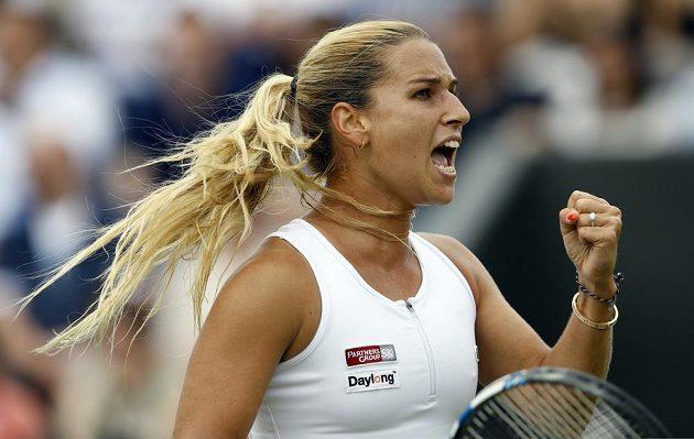 Slovenka Dominika Cibulková se raduje z vyhrané výměny v zápase s Polkou Agnieszkou Radwaňskou.