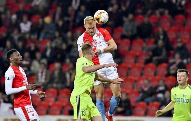 Mick van Buren ze Slavie (nahoře) střílí gól ve čtvrtfinále fotbalového MOL Cupu.