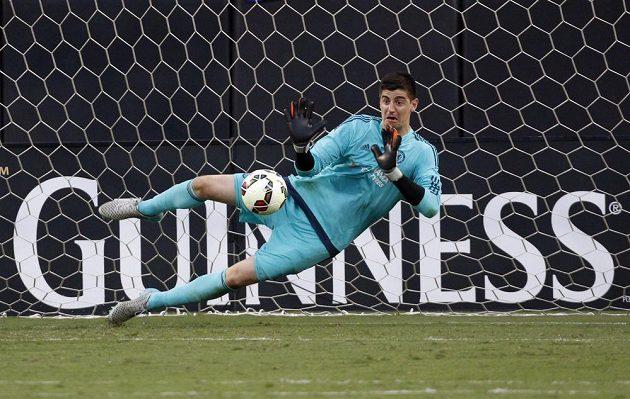 Belgický brankář Chelsea Thibault Coutois chytá jednu z penalt v zápase International Champions Cupu proti PSG.