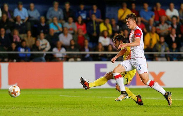 Manu Trigueros z Villarrealu snižuje v souboji se Slavií na 1:2, Sobol už zasáhnout nestačil.