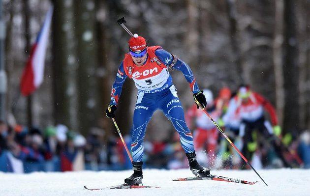 Michal Šlesingr na trati stíhacího závodu v Novém Městě na Moravě.