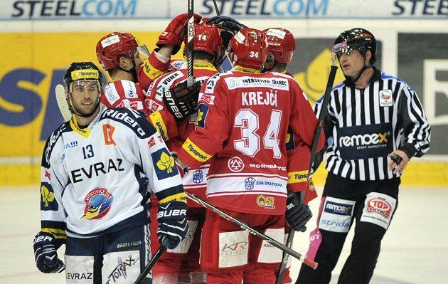 Hráči Třince se radují z gólu, kterým snížili na 2:1. Vlevo je Vladimír Svačina (Vítkovice).