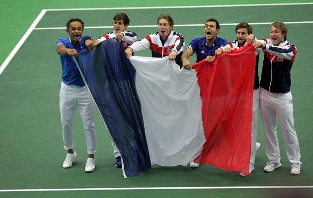 Francouzi slaví postup do semifinále Davisova poháru. Zleva nehrající kapitán Yannick Noah, Pierre-Hugues Herbert, Nicolas Mahut, Jo-Wilfried Tsonga, Gilles Simon a Lucas Pouille.
