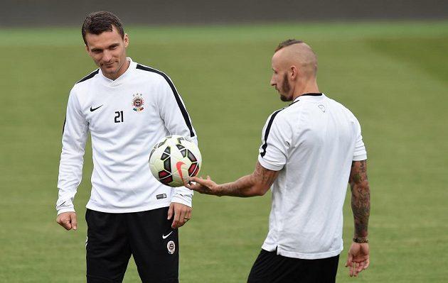 Útočník Sparty Praha David Lafata (vlevo) a Michal Breznaník během předzápasového tréninku.