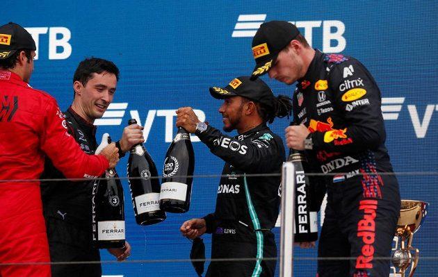 Oslava nejlepších. Úřadující mistr světa Brit Lewis Hamilton vybojoval ve Velké ceně Ruska jubilejní 100. vítězství ve formuli 1. Na pódiu slavil s Maxem Verstapenem, druhým v pořadí.