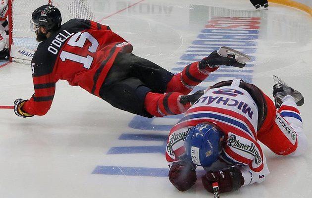Letící moment Erica O'Della z Kanady. Cestu mu znepříjemnil Zbyněk Michálek při utkání na Channel One Cupu.