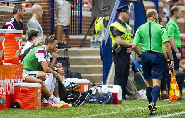 Cristiano Ronaldo (vlevo) ještě nebyl po zranění kolena stoprocentně fit, a tak jej kouč Ancelotti poslal na trávník až na posledních dvacet minut.