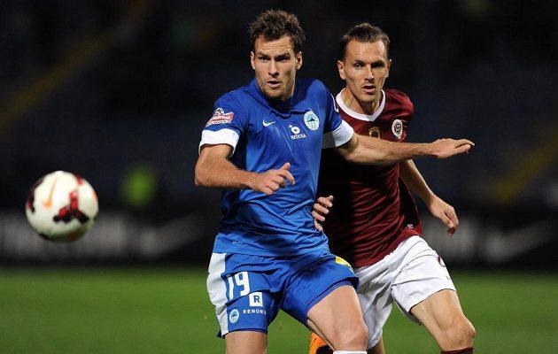 Liberecký útočník Michael Rabušic (vlevo) si kryje míč před obráncem Sparty Ondřejem Švejdíkem.