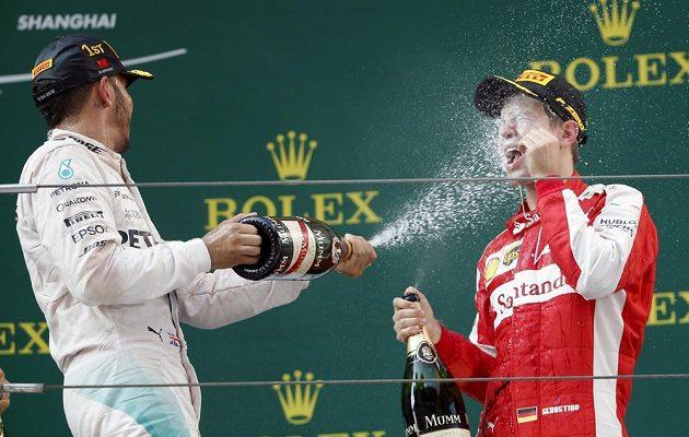 Třetí Vettel schytal Hamiltonovo řádění s lahví také.