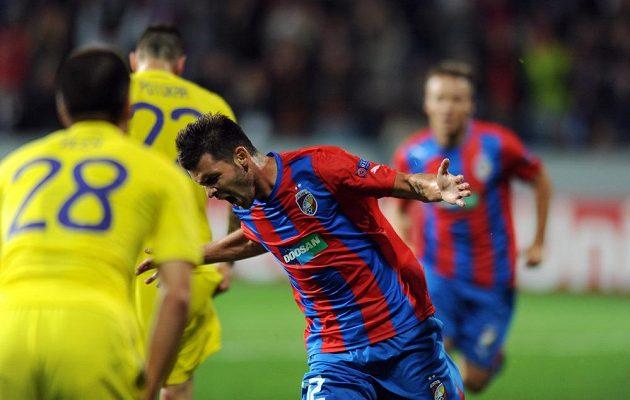 Plzeňský záložník Michal Ďuriš oslavuje třetí gól do sítě Mariboru.